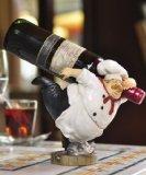 おもしろい置物 ぽっちゃりシェフ ワイン運びます (担ぐ)
